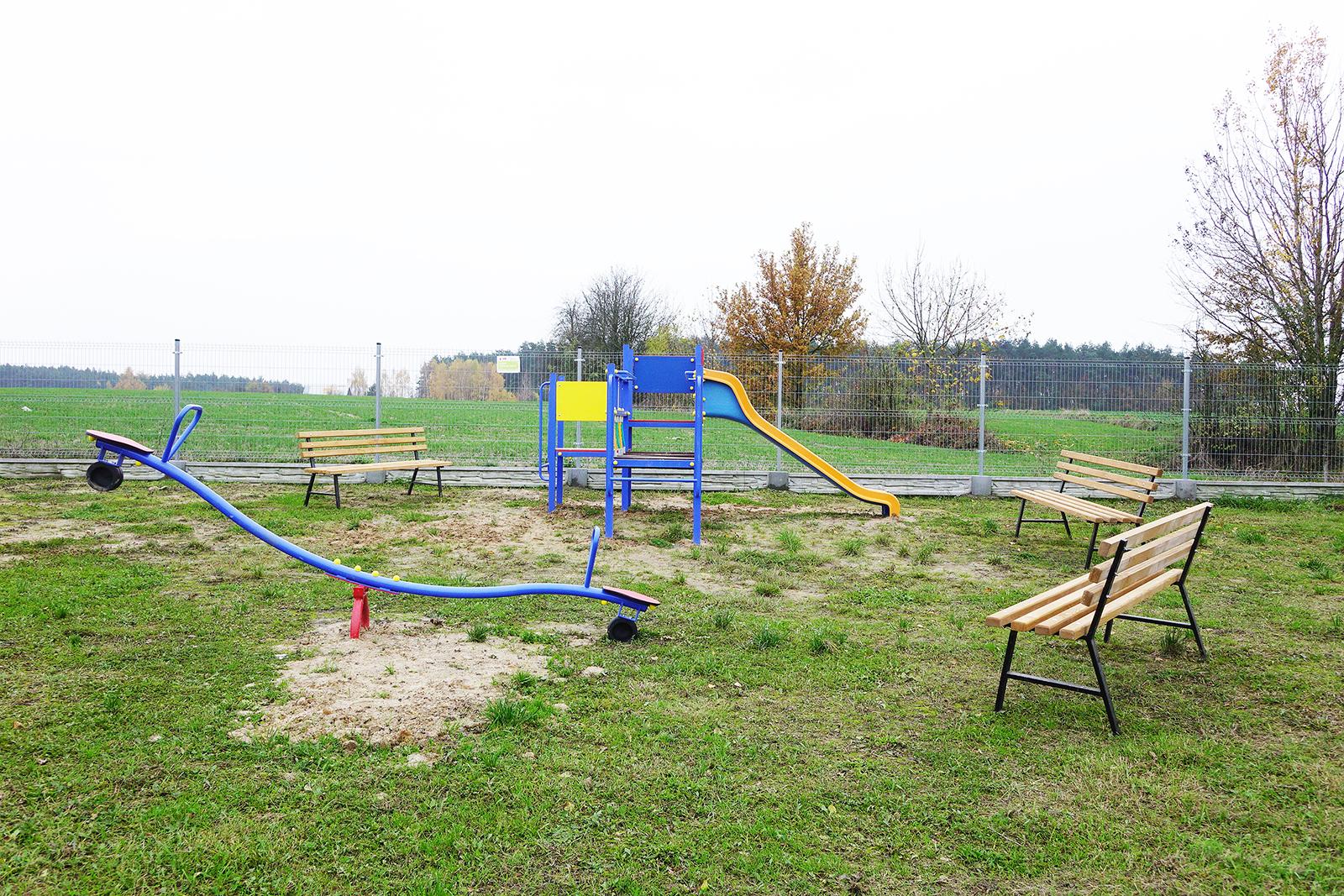 Ilustracja do informacji: Plac zabaw i ławki dla mieszkańców Zwierzchowa: